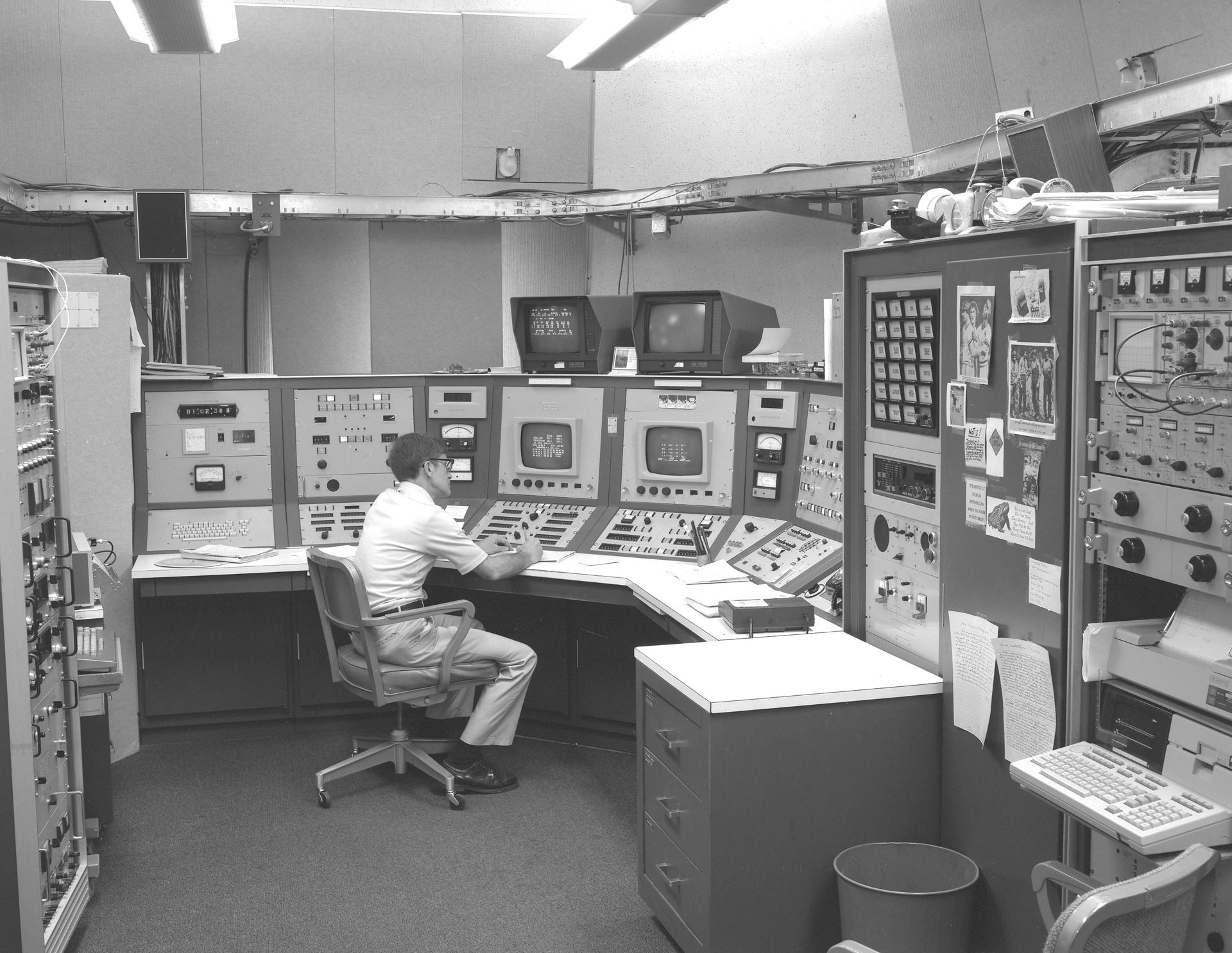 Control room of the 140-foot telescope in 1972