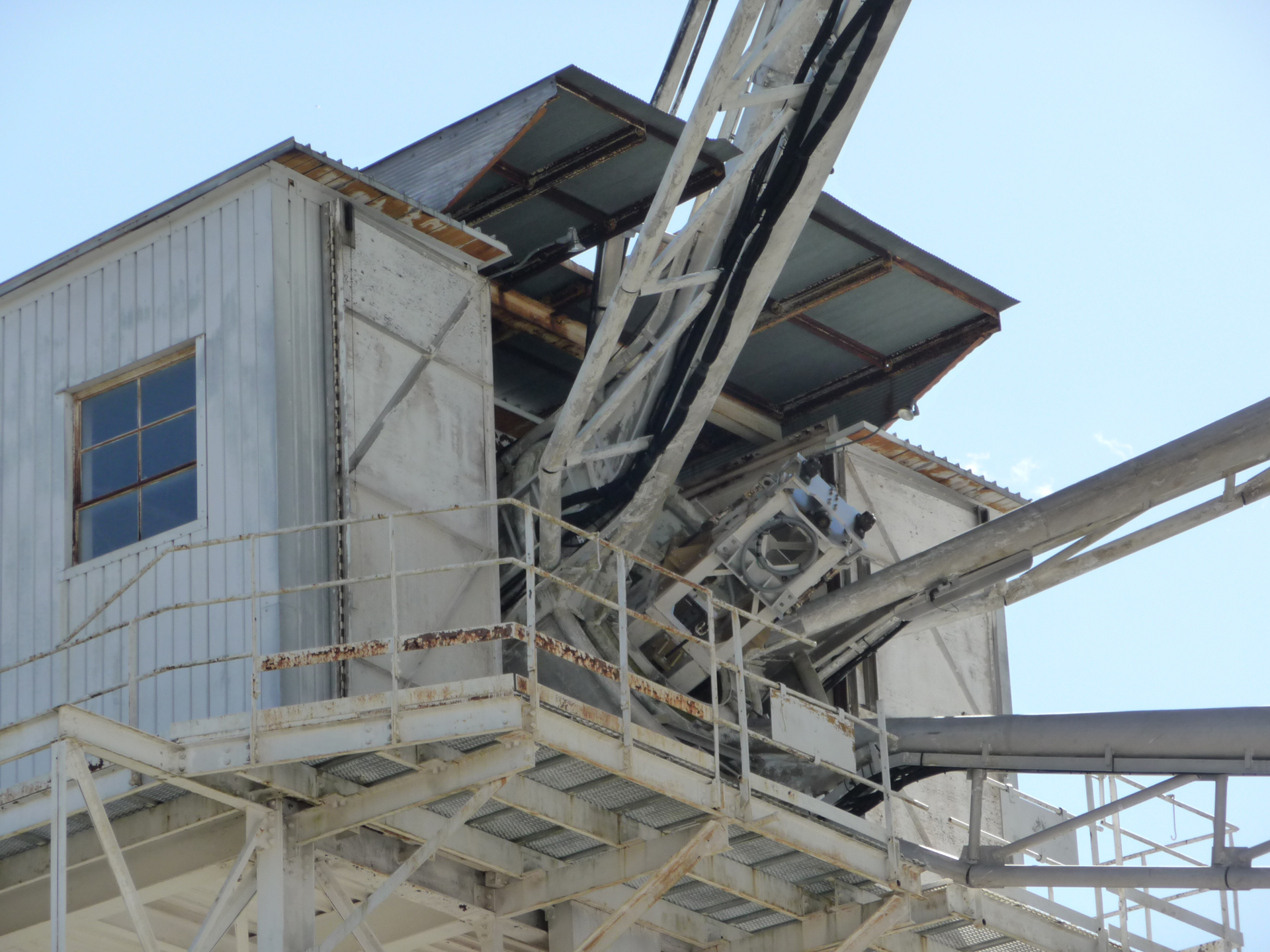 Maintenance tower for the 140-foot telescope