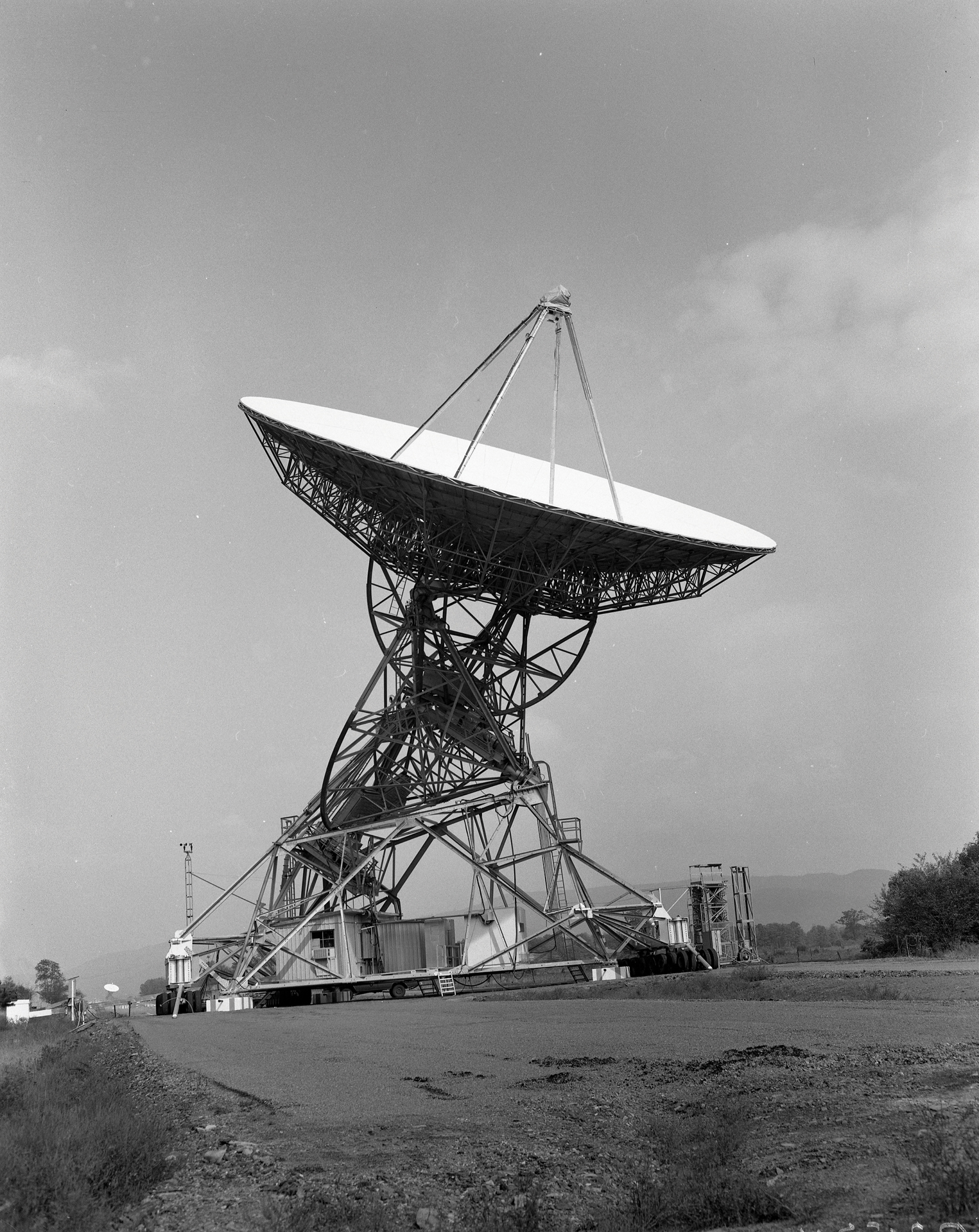 Black and white image of the second 85-foot telescope