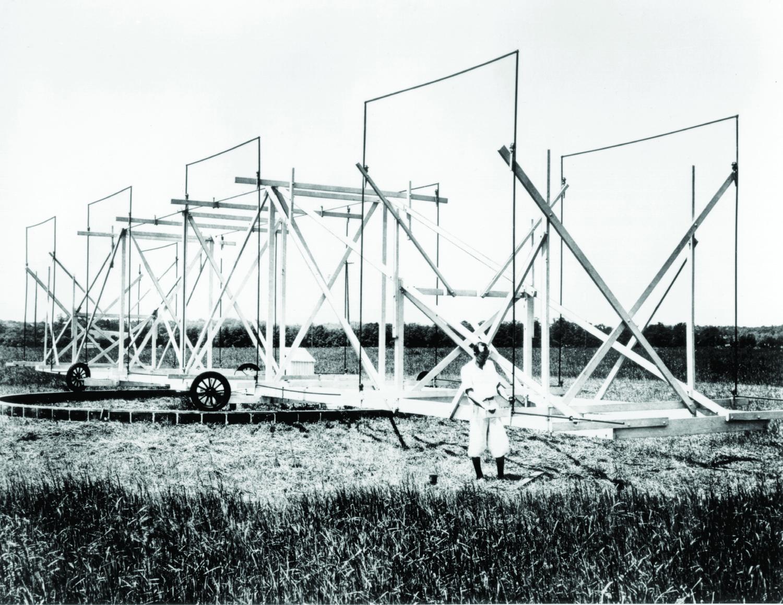 Karl Jansky junto a su antena
